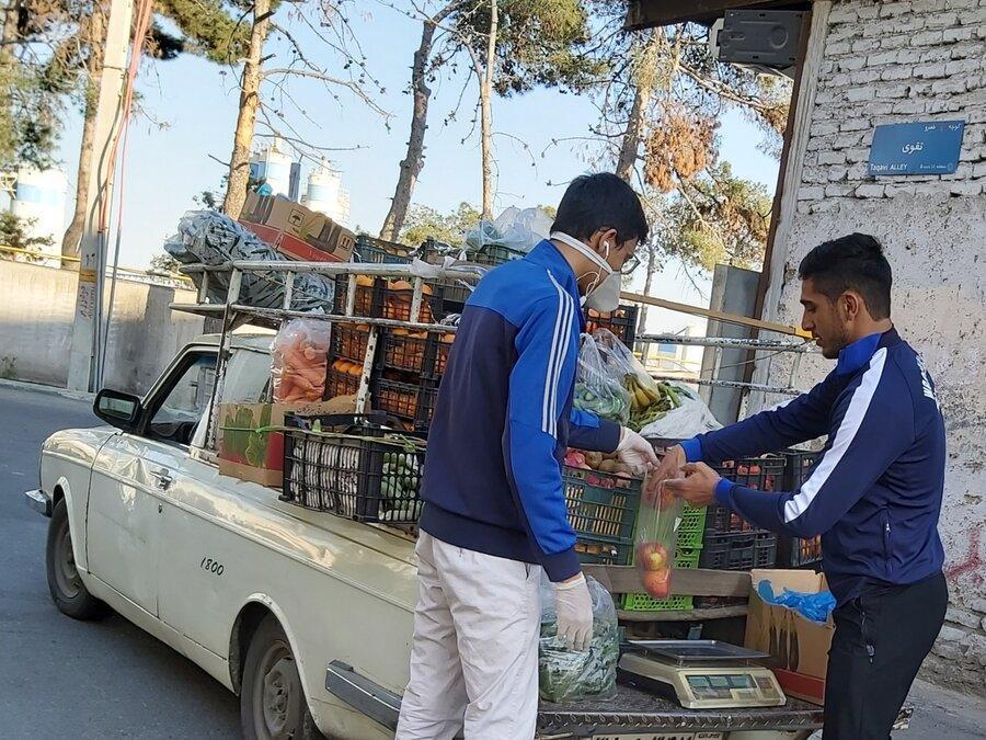 قهرمان کشتی دنیا میوه فروشی می نماید